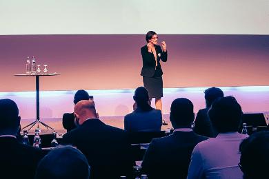 Als Moderatorin einer Business Konferenz mit hochrangingen Vertretern der Finanz-Branche