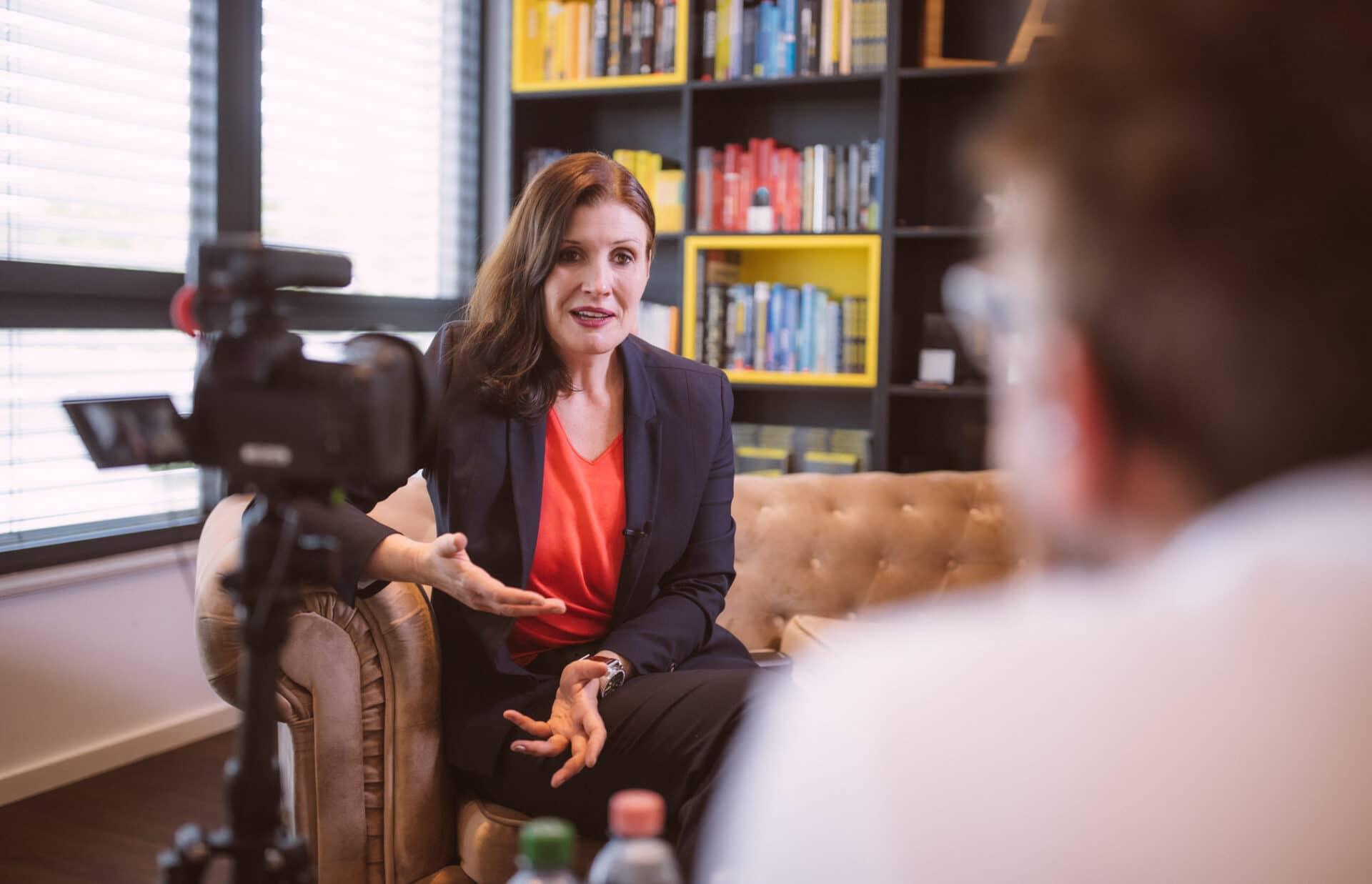 Sabrina von Nessen fokussiert im Gespräch - mit Rat und Tat und offenem Ohr